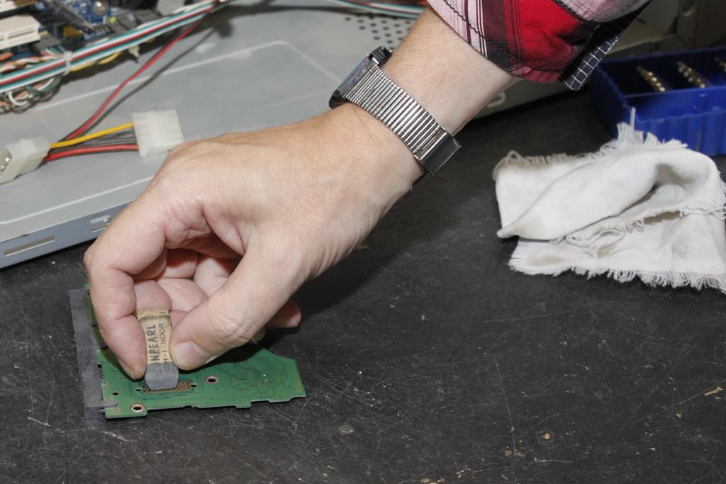 Ластиком очищаем контакты контроллера HDD.