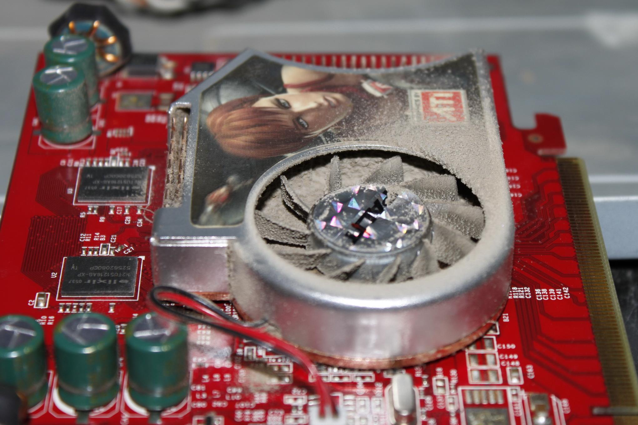 Радиатор видеокарты забит пылью.