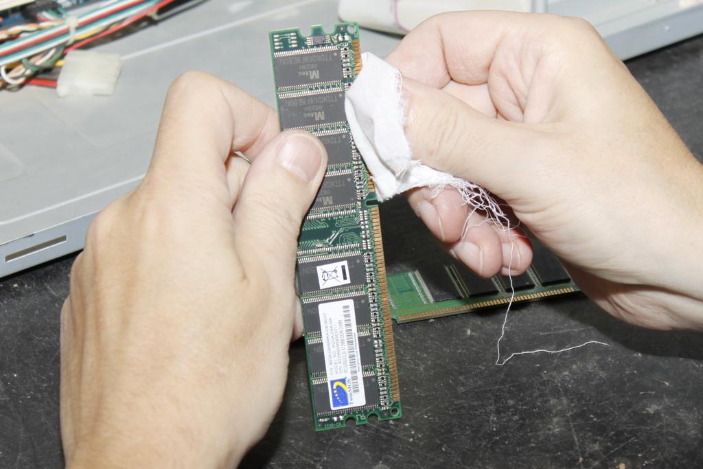 Очищаем контакты оперативной памяти.